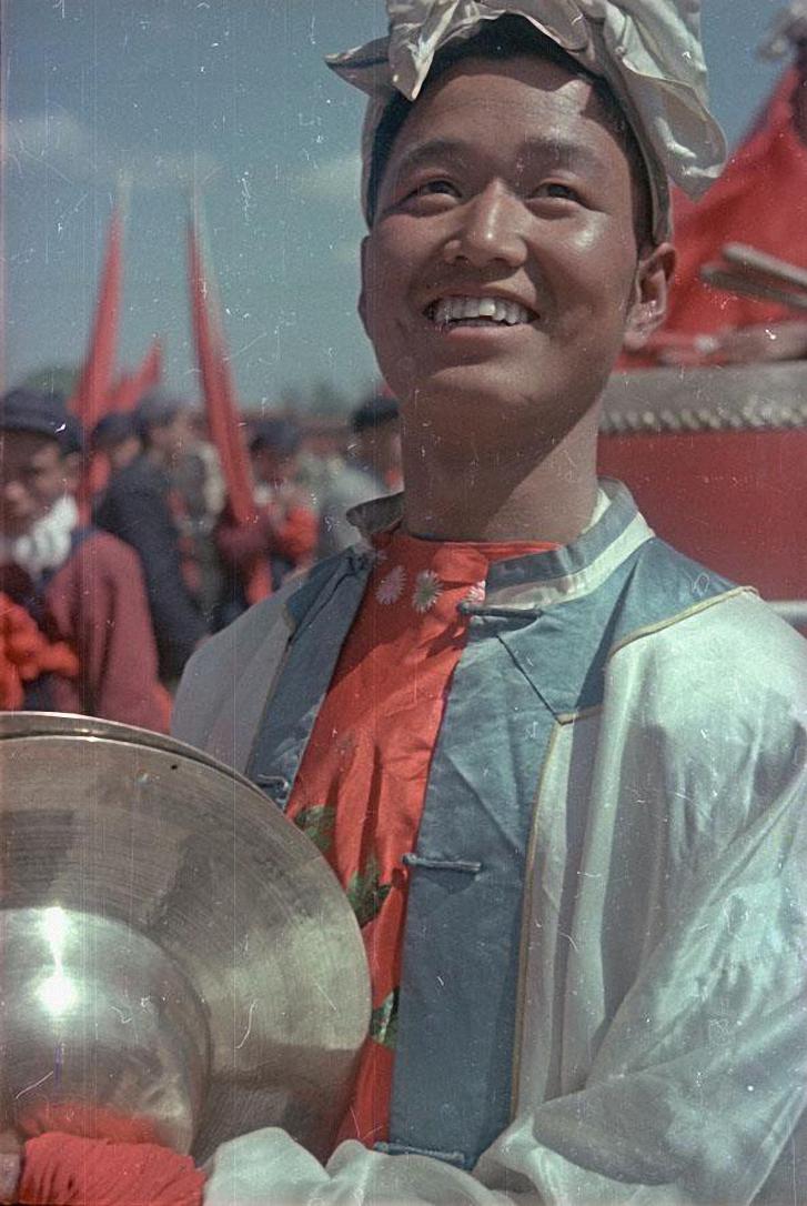 Участник народного ансамбля на площади Тяньаньмэнь в день торжеств 1 октября 1949
