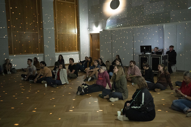 Grrrls-Kulturverein_2021_finally-gut-aufgelegt_Heimatsaal_Duftgarten_Gatto-im-Museum_Mi-Casa-Keller(c)Lea-Blagojević
