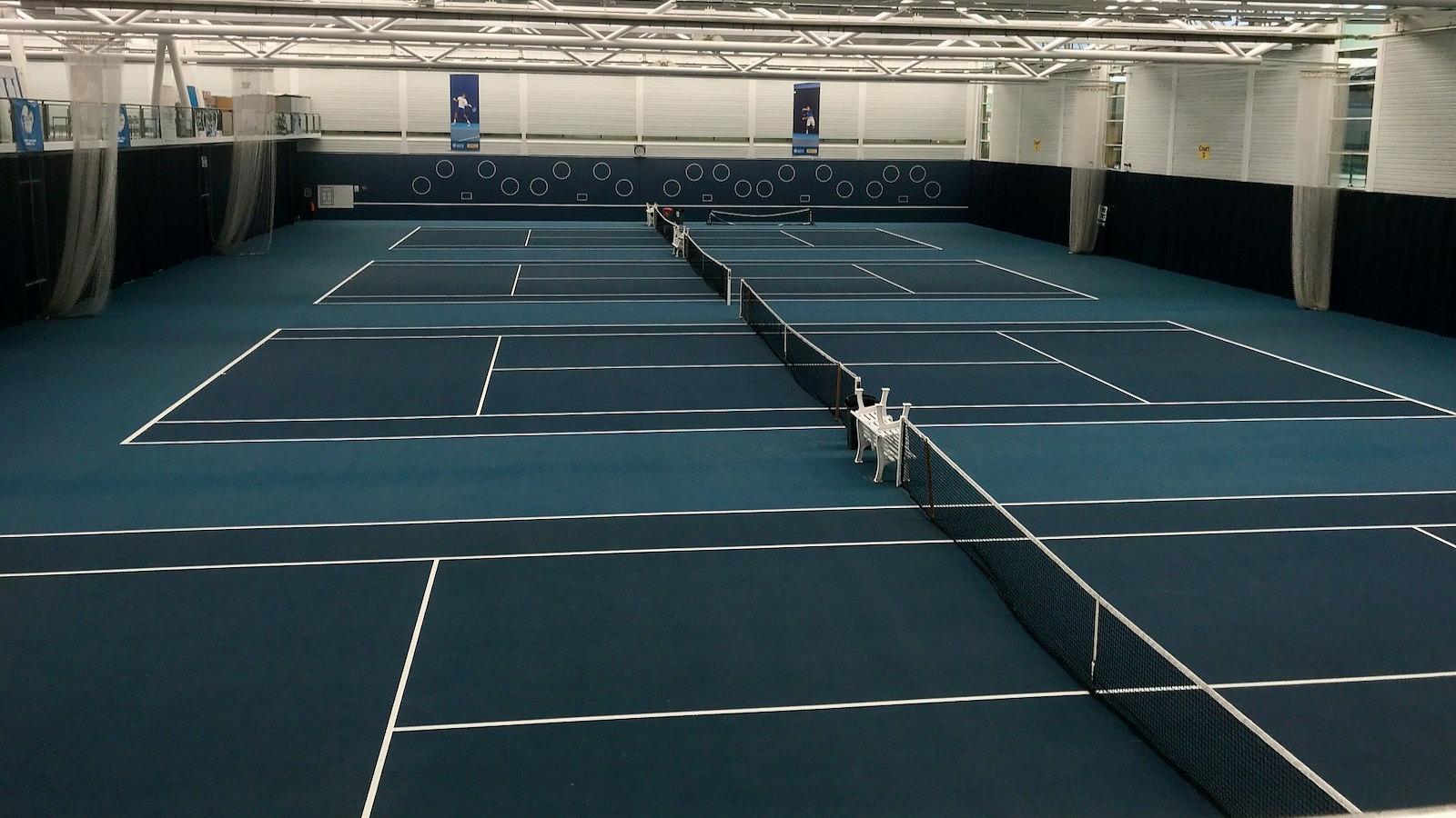 在Team Bath运动训练村的室内网球场