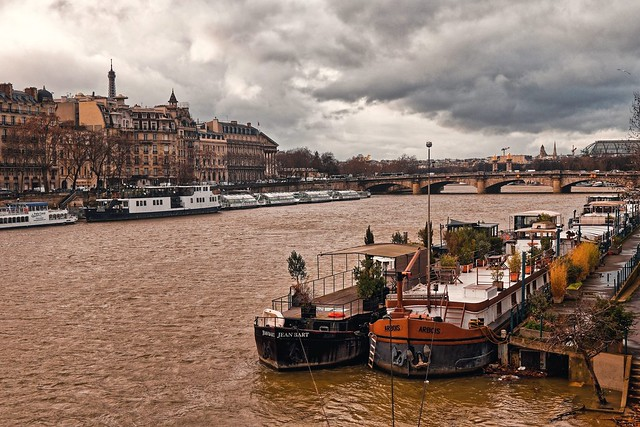 Paris - The Seine river after the rains / Houseboats - Quai des Tuileries