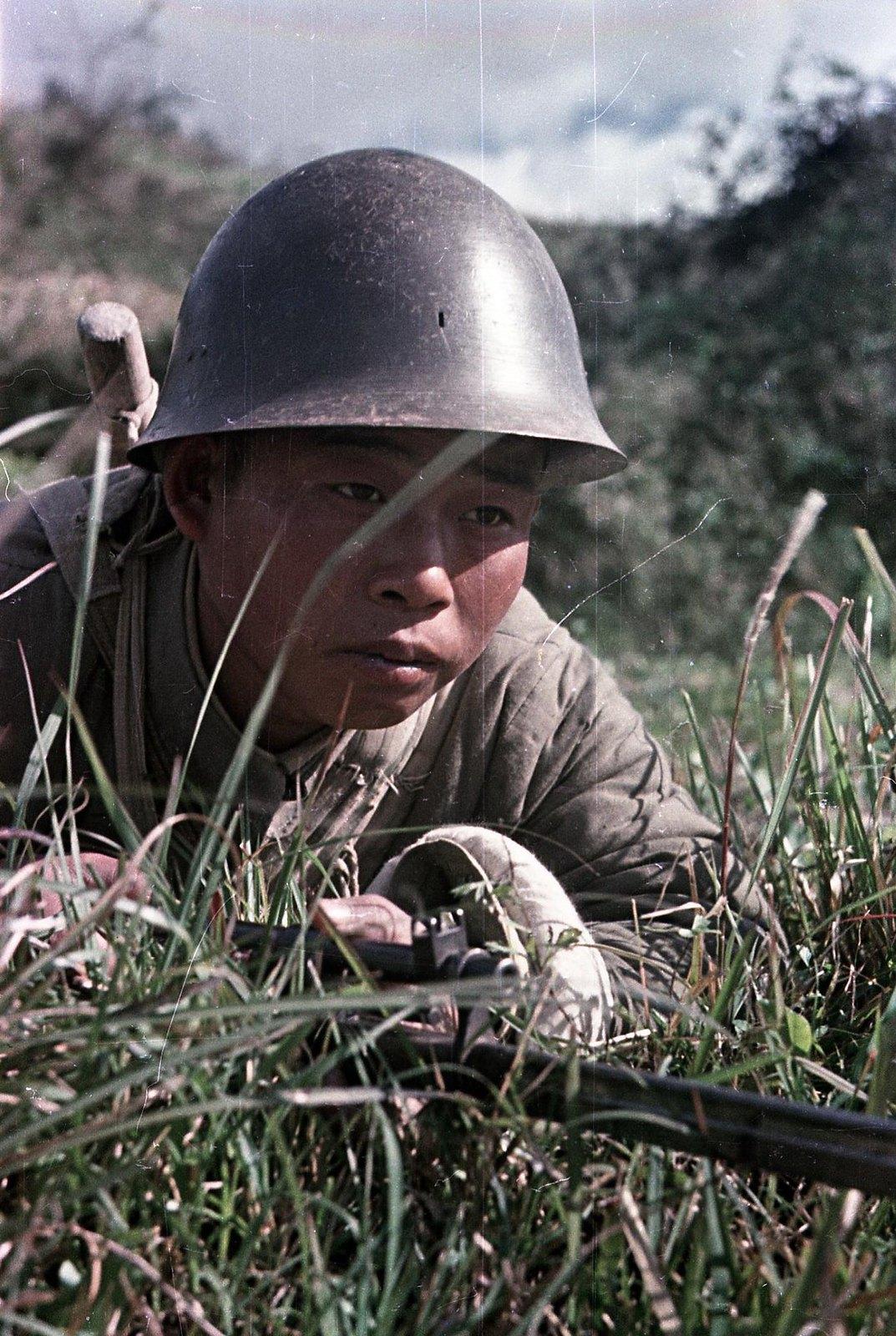 Юго-Восточный фронт. Боец Народно-освободительной армии Китая в засаде