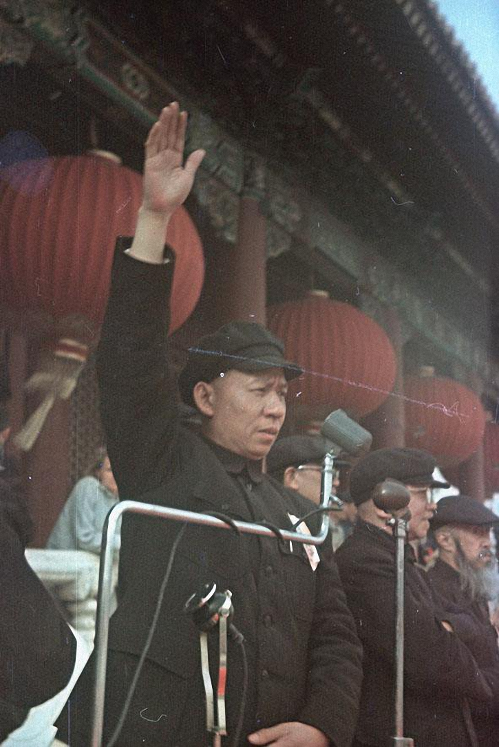 Председатель Коммунистической партии Китая Лю Шаоци на площади Тяньаньмэнь