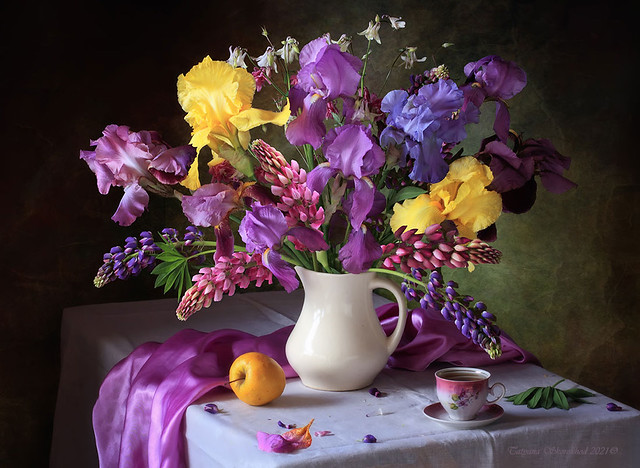 With a bouquet of irises and lulin flowers