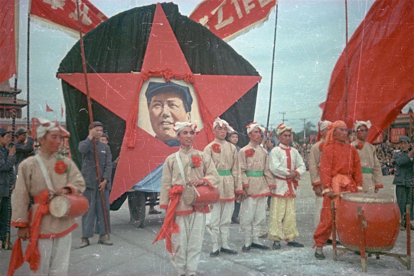 Участники народного ансамбля на площади Тяньаньмэнь с портретом Мао Цзэдуна в день торжеств 1 октября