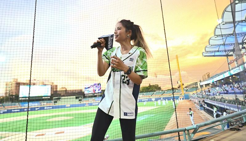 富邦悍將邀請創作歌手吳汶芳賽前開唱、開球。(富邦悍將提供)