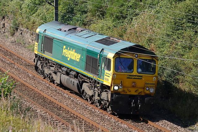 66569 passes through Sunderland Bridge on 8 September 2021 with 1304 Tyne Yard - Leeds Balm Road light loco movement.
