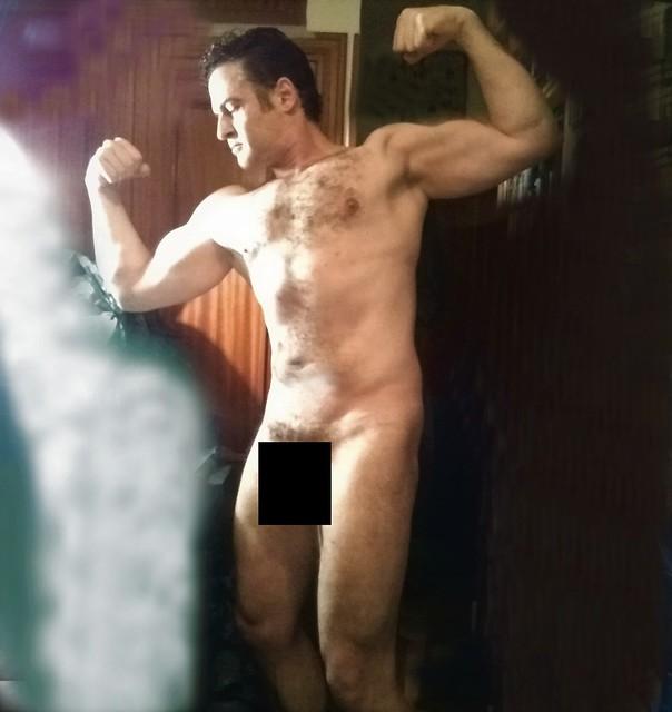 Naked biceps muscles pose. - Pose de músculos bíceps desnudo. . Uncensored-Sin censura:
