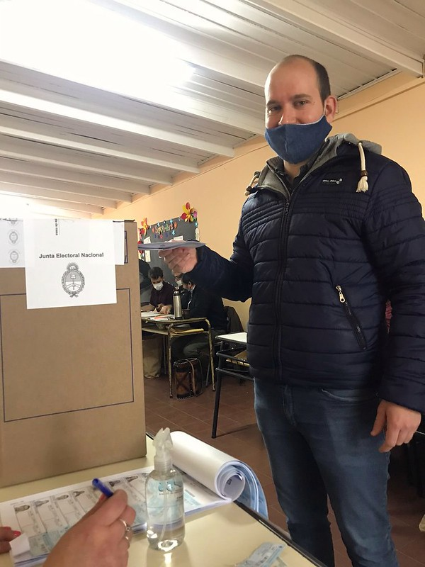 Luis Castro vota en las Paso