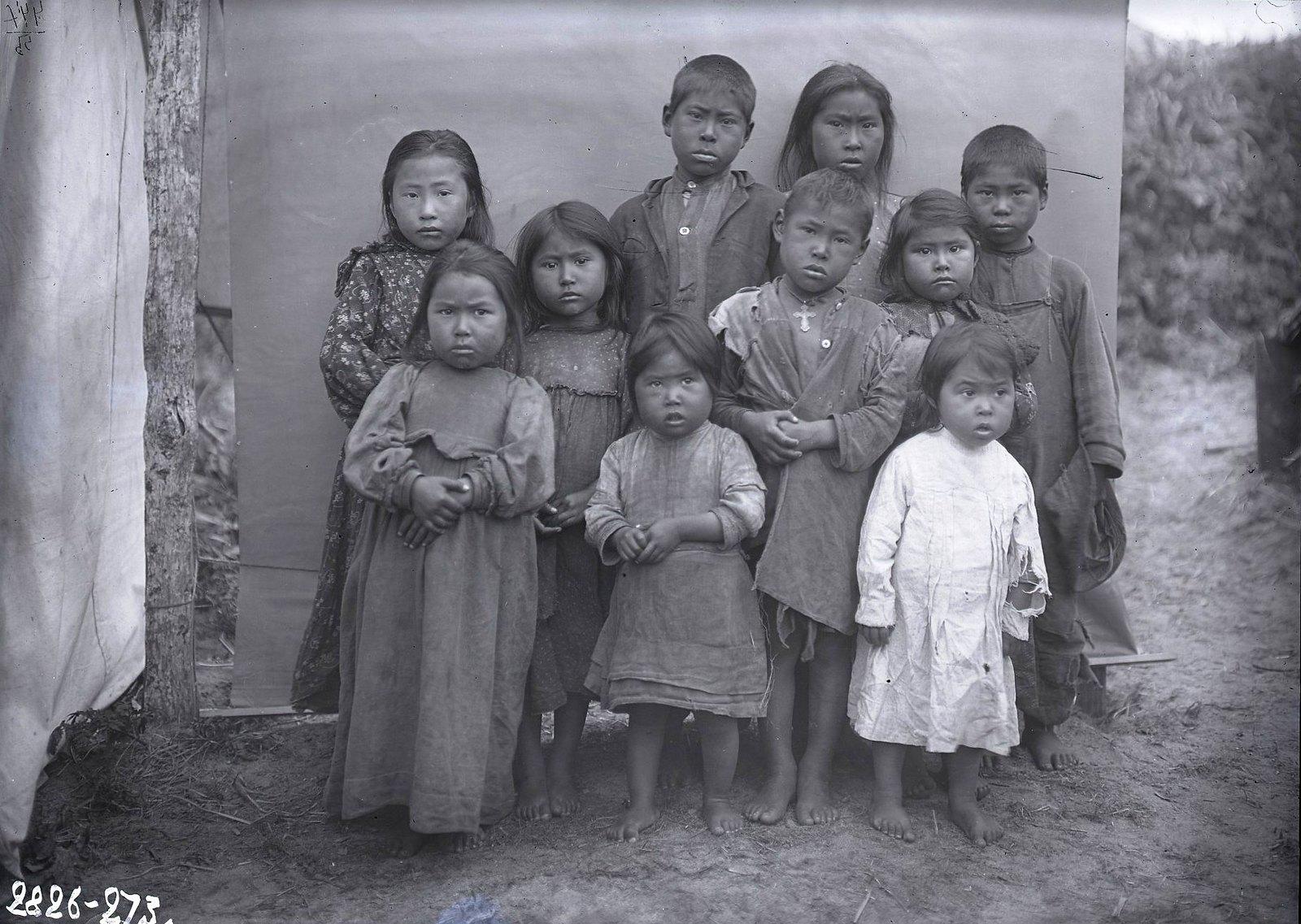 1909. 22 июля. Группа детей.Атту остров, селение Атту