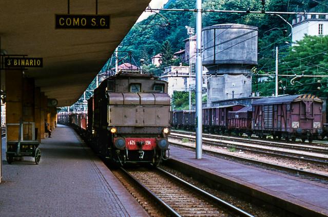 Goederentrein passeerd met FS 626-394