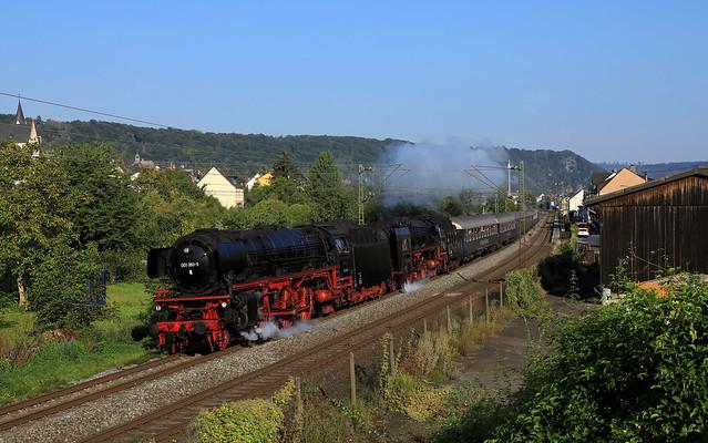 Schnellzug-Dampfrösser im Mittelrheintal.