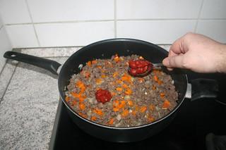 11 - Put tomato puree in pan / Tomatenmark in Pfanne geben