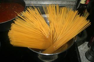 23 - Cook spaghetti / Spaghetti kochen