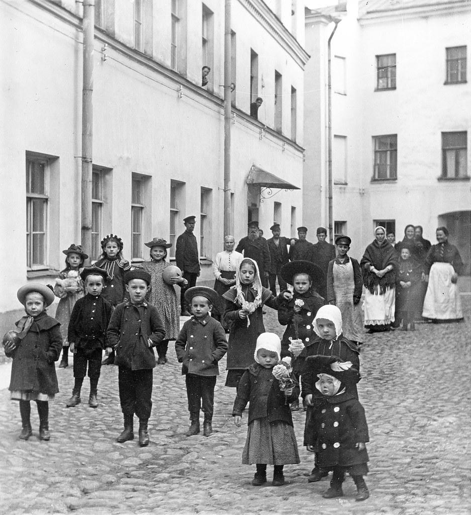 06. Дети во внутреннем дворе дома