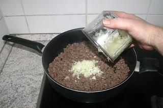 07 - Add diced onion / Zwiebelwürfe hinzufügen