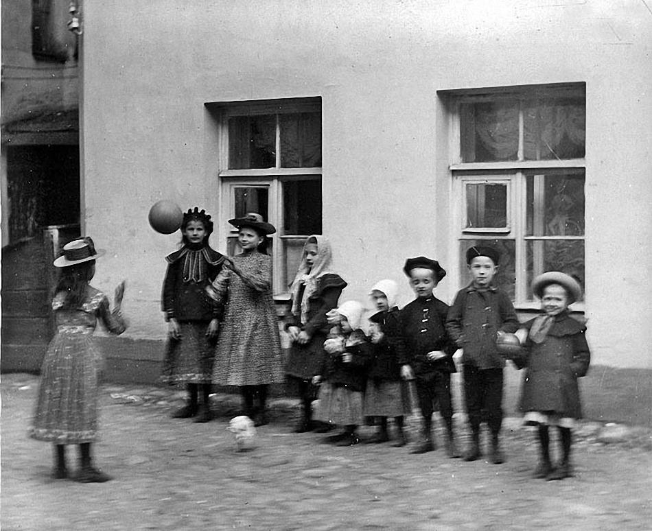 05. Дети играют в мяч во внутреннем дворе дома