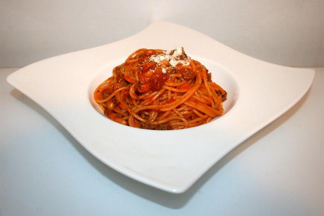 31 - Baked beans spaghetti - Side view / Spaghetti mit gebackenen Bohnen - Seitenansicht