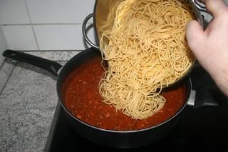 28 - Put spaghetti in sauce / Spaghetti in Sauce geben