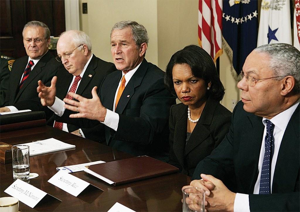 前美國總統小布希(圖中)與國防部長倫斯斐(左起)、副總統錢尼、國安顧問萊斯以及國務卿鮑威爾討論伊拉克戰爭的公關策略。(圖片來源:The Nation)