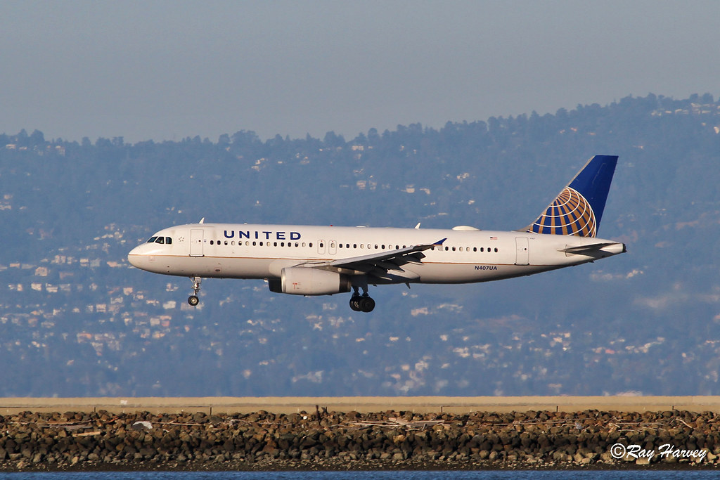 N407UA landing San Francisco