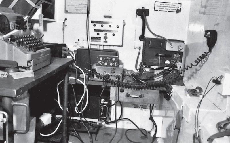 Radio-Collins-618T-KP-714-in-Takash-128-1960s-70y-1
