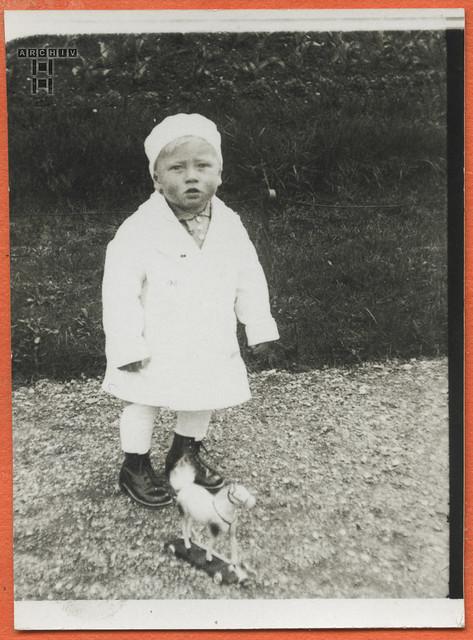 ArchivTappen24Album5m124 Kinderporträt mit Holzpferdchen, 1900-1930er