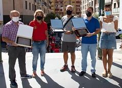 El alcalde Juan Carlos Abascal y la concejala Beatriz Gámiz entregan una placa conmemorativa a la organización de la carrera.