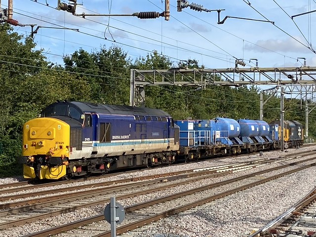 37407 and 37425 head through Colchester working 3S60 13/9/21