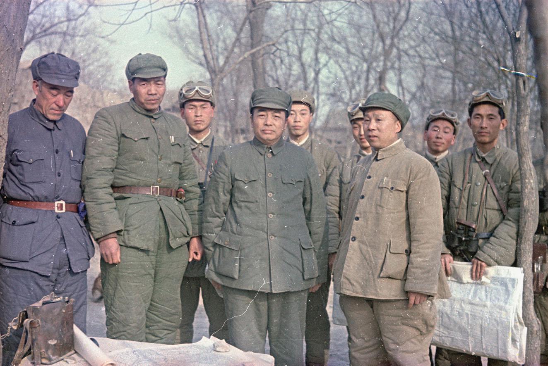1949. Генерал Народно-освободительной армии (НАО) Китая Пэн Дэхуай в группе военных