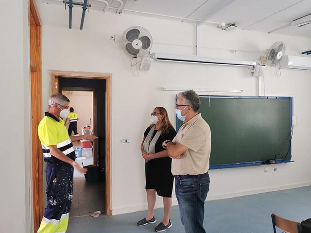 Fotografía del alcalde, Francisco Molina y la delegada de Educación, Carmen Garfia, visitando los arreglos en uno de los centros