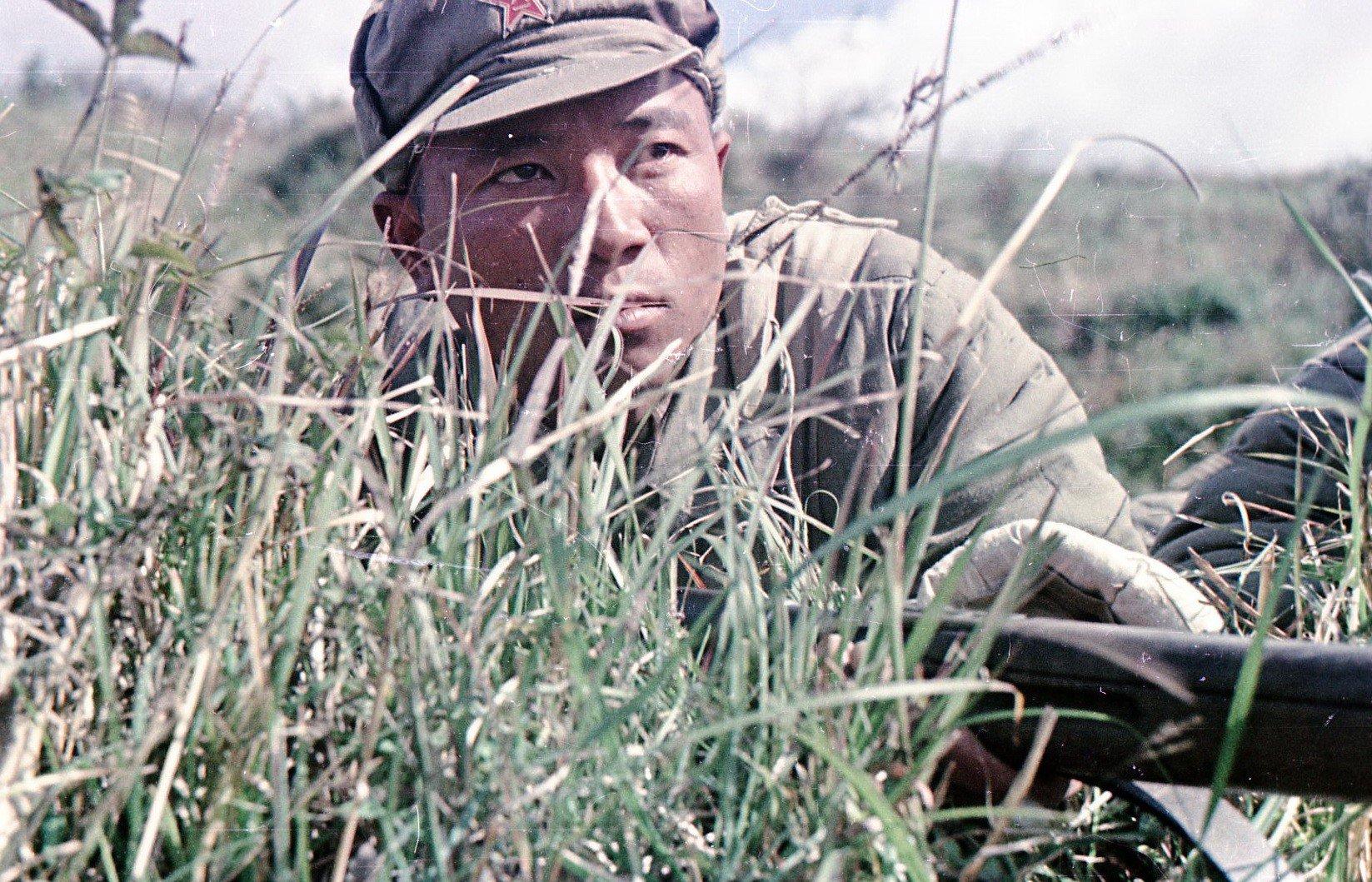 1949. Боец Народно-освободительной армии Китая (НОА). В засаде.