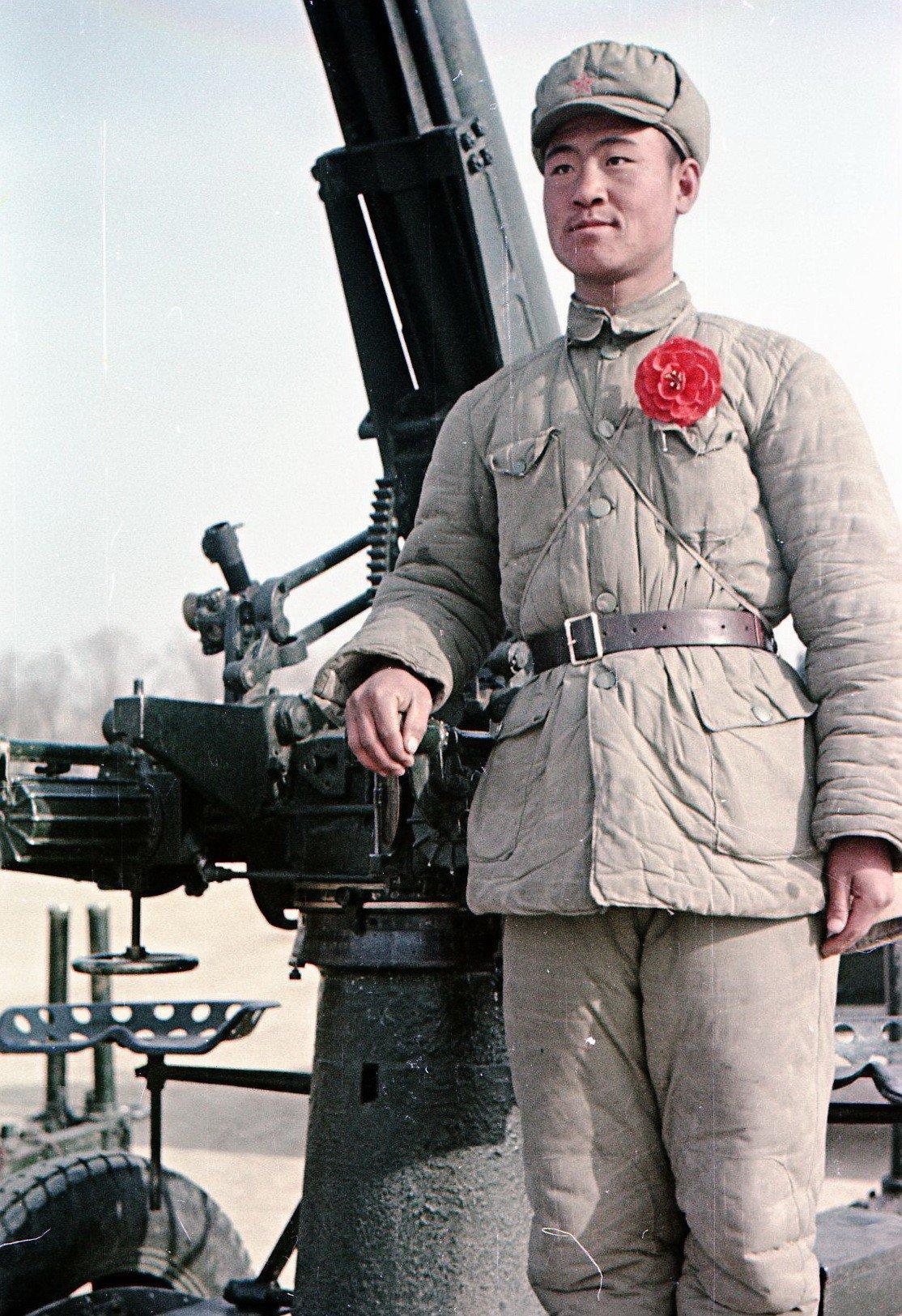 1949. Боец Народно-освободительной армии Китая (НОА) у зенитного орудия