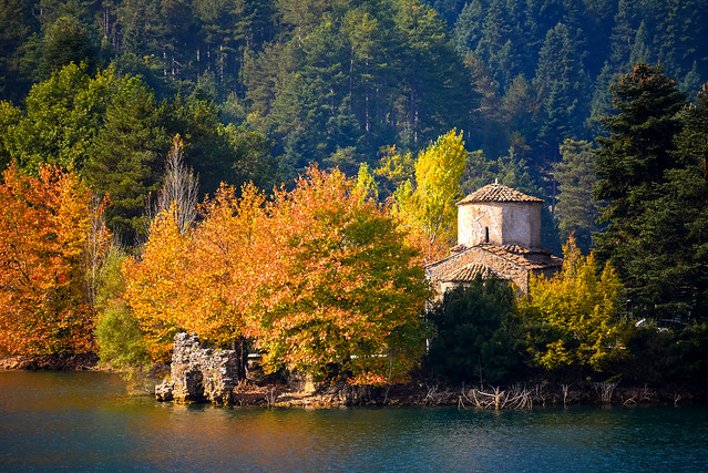 autumn colours in the lake
