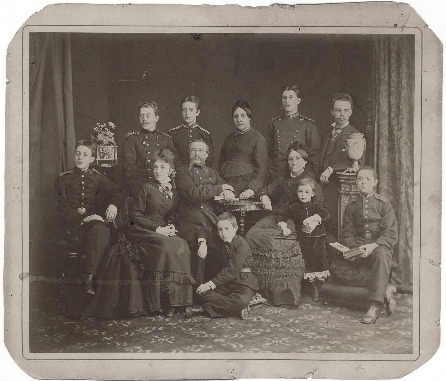 10. 1875. Скрябин Александр Николаевич в возрасте трех лет с родственниками.