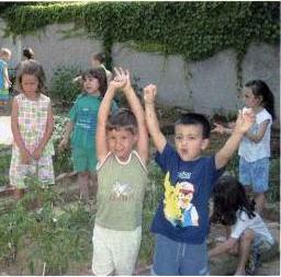 L'esultanza dei bambini per l'abbondante raccolto