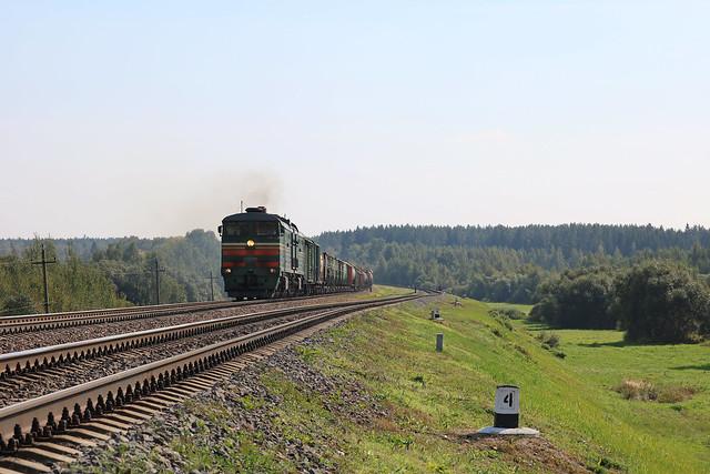 Тепловоз 2ТЭ10МК-3368 с грузовым составом на перегоне Могилёв-1/Лотва.