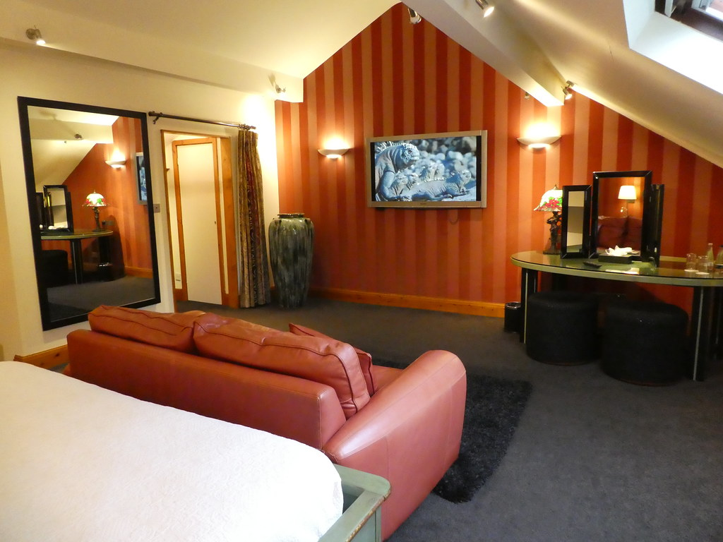 The Staple Oak Suite bedroom, Gibbon Bridge Hotel, Chipping