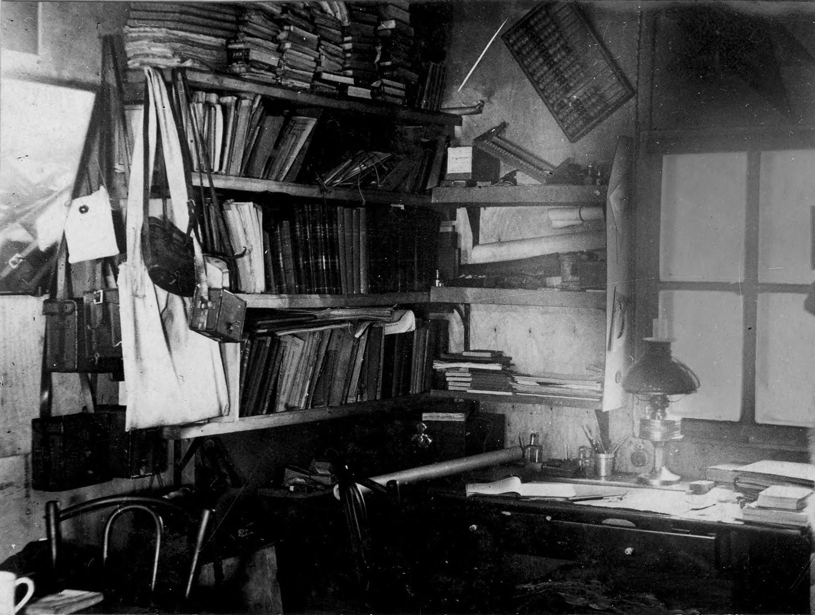 Кабинет в домике на острове Домашнем