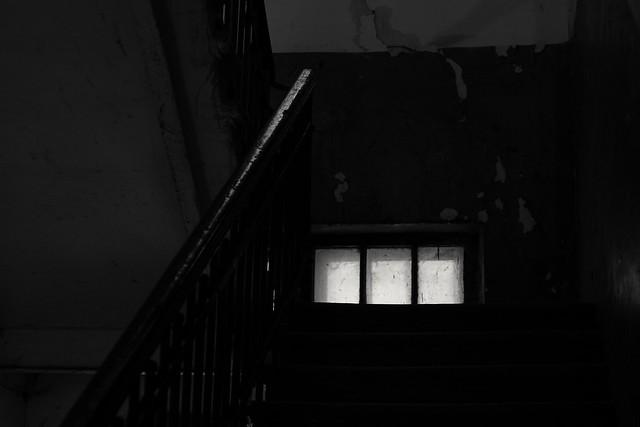 Зашёл в подьезд, а там очень темно