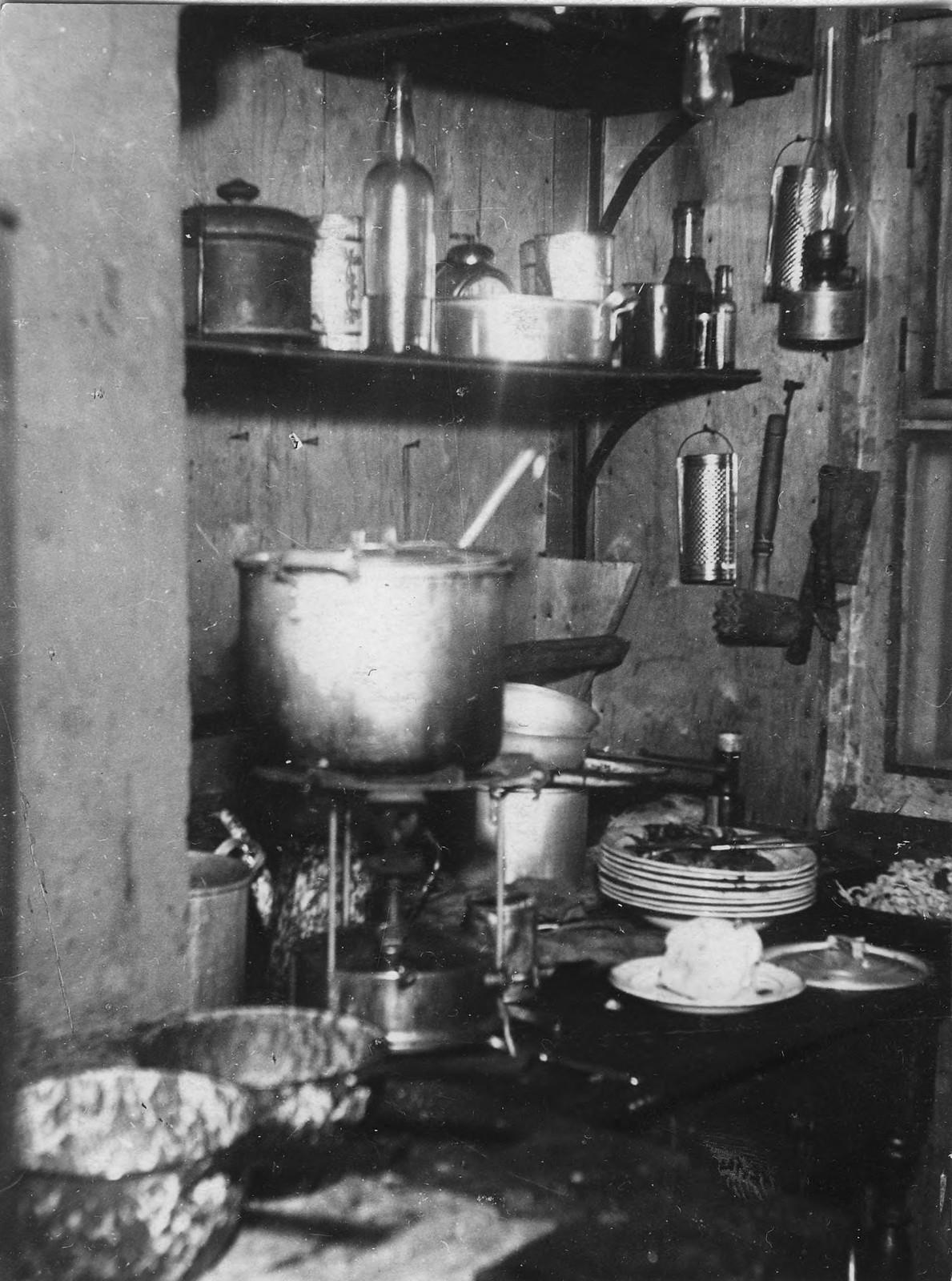 Кухня базы экспедиции на острове Домашнем