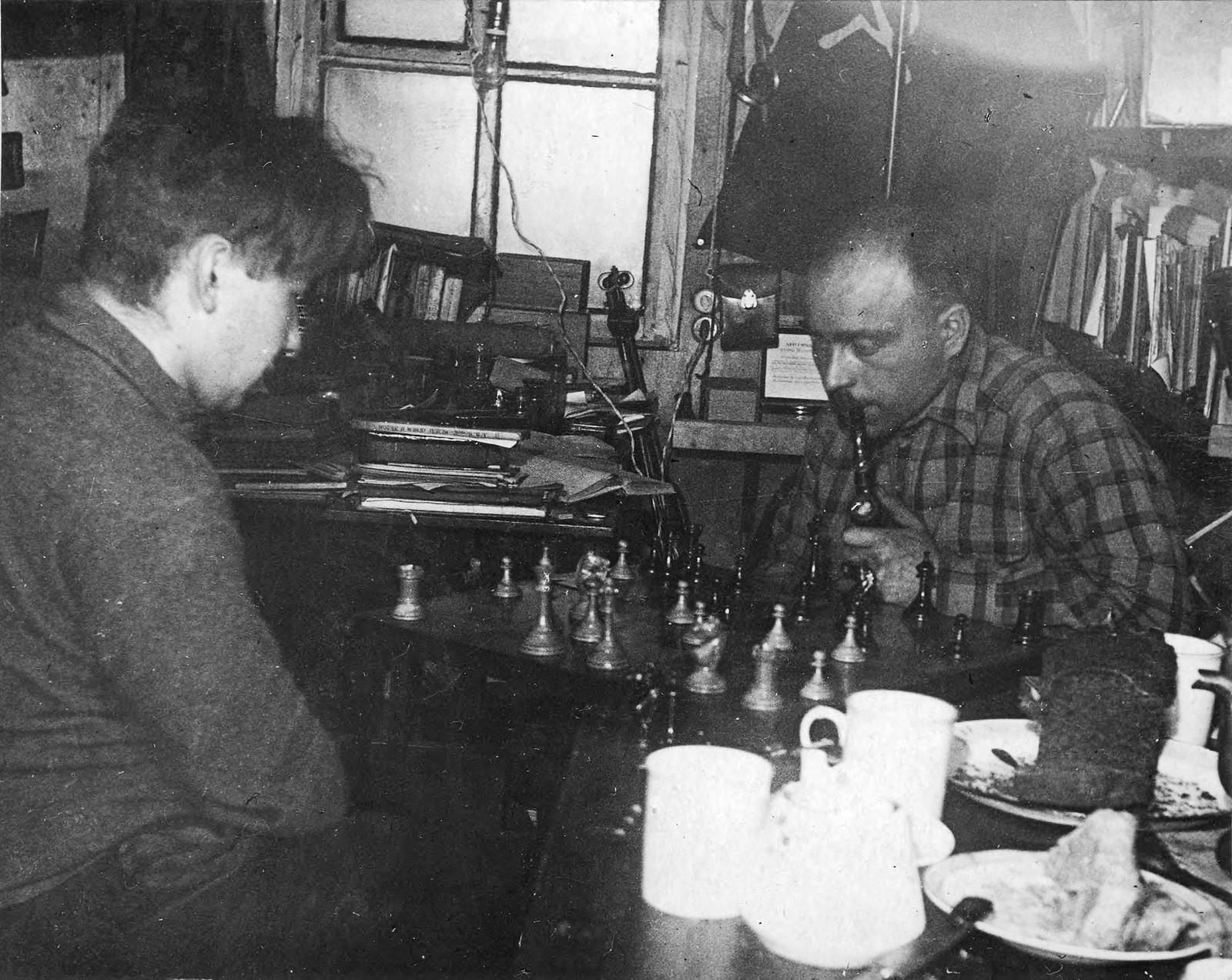 За партией в шахматы. Г.А. Ушаков (справа) и В.В.Ходов.