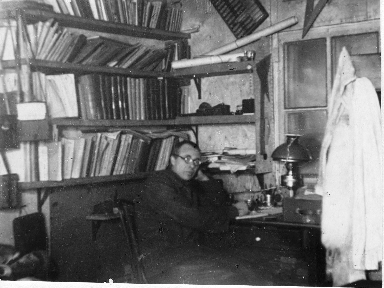 Николай Николаевич Урванцев в кабинете