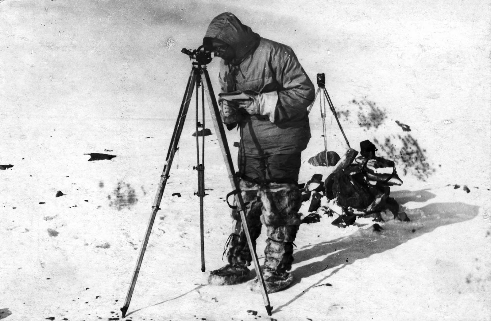 Николай Никоалевич Урванцев определяет астрономический пункт.