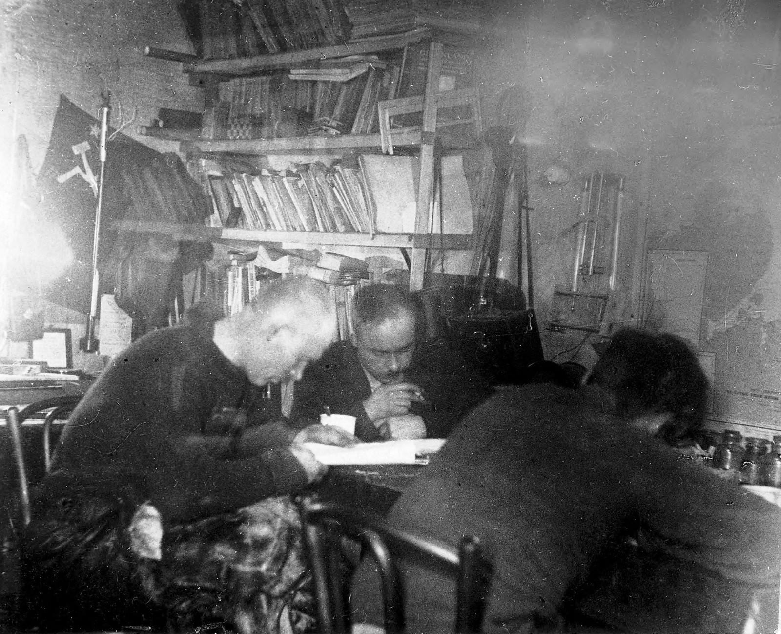 Г.А. Ушаков, С.П. Журавлев и В.В. Ходов за обработкой материалов поездок