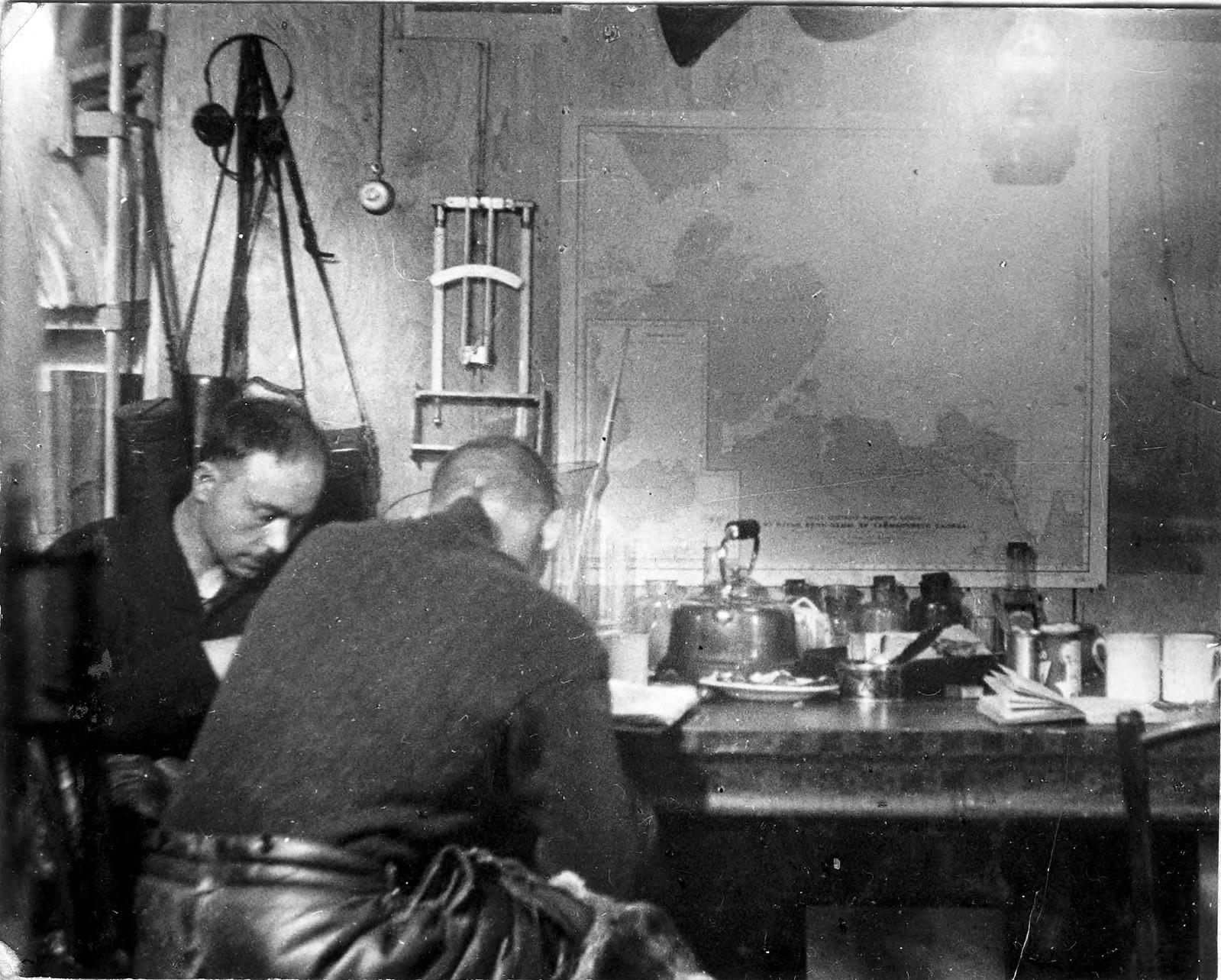 Г.А. Ушаков и С.П. Журавлев за обработкой материалов поездок