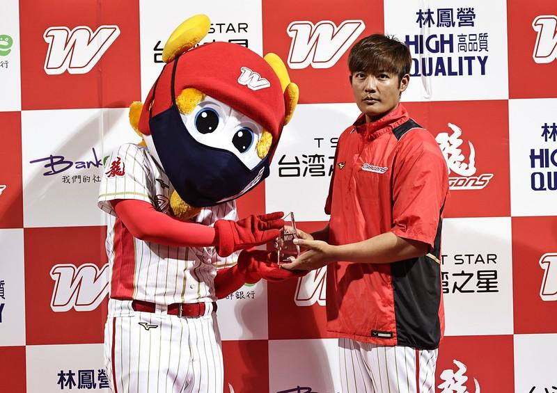 王維中首度在天母球場拿下勝投、單場MVP。(味全龍提供)