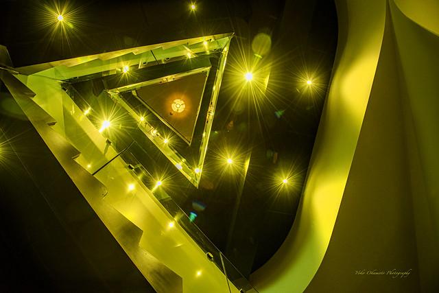 黄色い螺旋階段