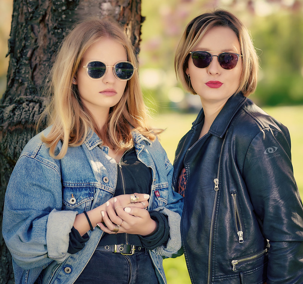 Very cool sisters: Lisa & Anna   ·  ·  ·   (R5A_1225)