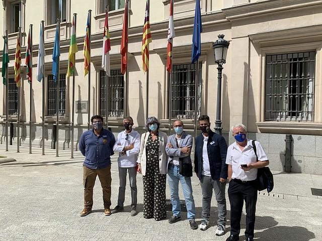 Elite Taxi y la senadora de Adelante Andalucía Pilar González en la puerta del Senado