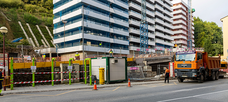 La foto muestra la parada y las zona de obras